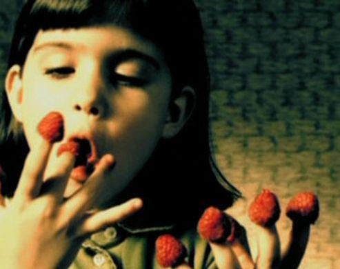 Fillette dans le film Amélie Poulain qui mange les framboise sur le bout de ses doigts