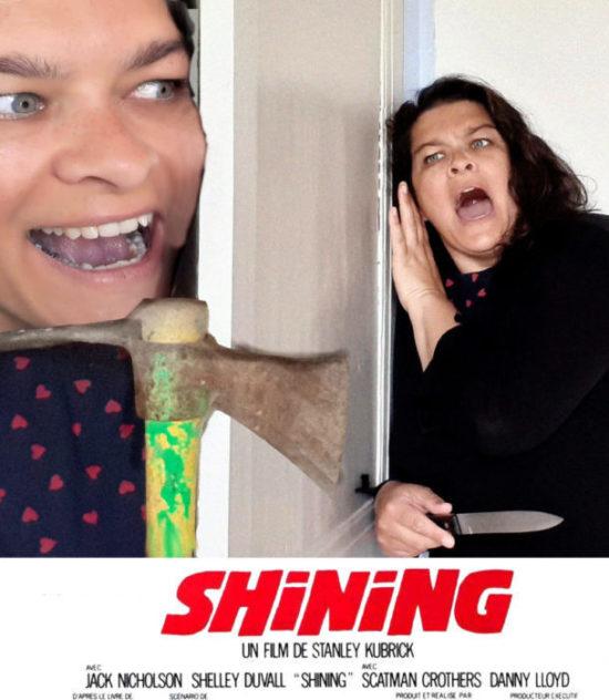 """affiche faite """"maison"""" avec Delphine qui reproduit Shining et Jack Nicholson est joué avec une bêche dans les mains"""